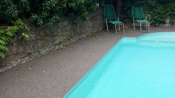 realisation-contour-de-piscine-en-resine-drainante